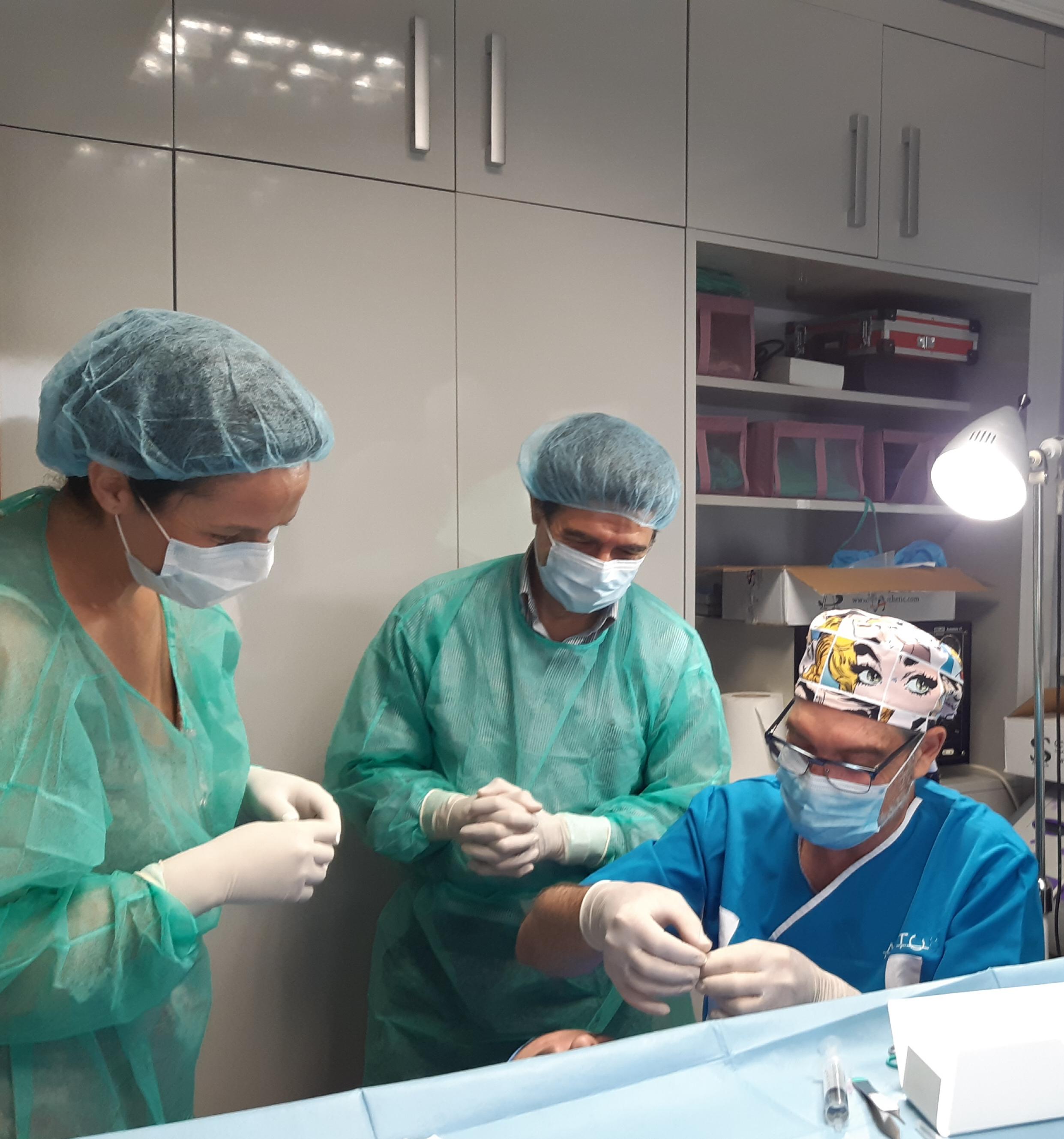 El Dr. Manuel Prieto acompañado de los alumnos del taller