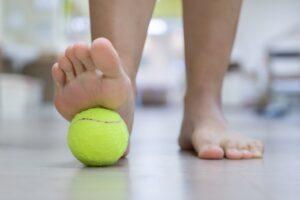rodar pelota con los pies